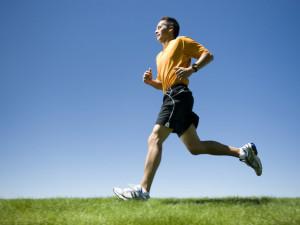 Seorang pria dewasa sedanga jogging.