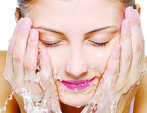 Mencuci muka membersihkan kotoran dari muka